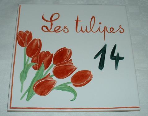 Plaque de maison personnalisable en grès (résiste au gel), couleurs résistant aux intempéries. Texte, dessin et chiffre personnalisables. Large choix de dessins. Format 20x20cm