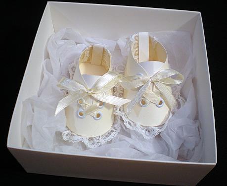 petits chaussons blancs et crèmes