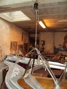 Restauration d'un 1/4 de queue Pleyel pour en faire le PIANO HAUTE COUTURE. Serge Delbouis restaure, puis assortit mécanique et ensemble harmonique jusque dans les moindres détails au tissu choisi par le couturier qui habillera le meuble...