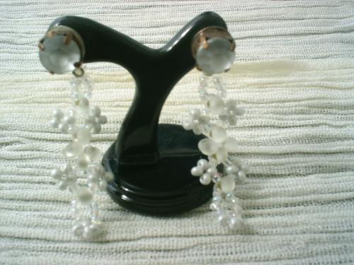 DIAPHANE: Boucles d'oreille pour oreilles perc�es, pendant de perles de verre blanc et transparent, rocaille blanche et transparente , surmont� d'un strass blanc opaque. Boucles d'oreille tr�s fine et �l�gante, longueur 4 cm.