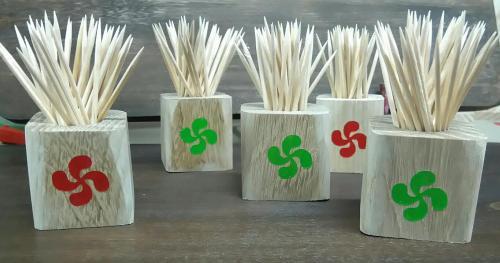 présentoir pour cure dent  chêne 5 ou 6 euros selon la taille