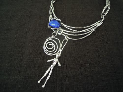 Le collier � l'amulette, fonte de bronze, plaqu� argent, avec pierre lapis- lazuli.