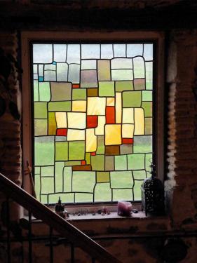 Vitrail accompagnant l'escalier. La lumière est adoucie. L'intimité est préservée. Verres soufflés St Just.