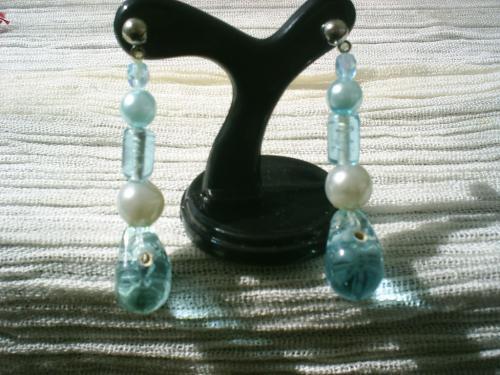 SEA:Boucles d'oreille pour oreilles percées sur clou argenté, fausse perles de culture bleues et blanches,tubes de verre bleu et goutte de verre bleu. Longueur:4cm