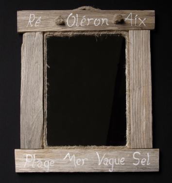 Un miroir en lattes de bois vieilli avec inscriptions marines et cordage en calfatage. Taille 35cm x 30cm