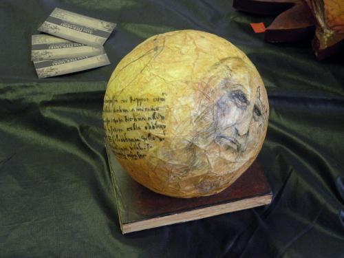 collection globe...Ici texte en filigrane de Leonard de Vinci, portrait de l'artiste et esquisses dessinés directement sur la pièce  par Apiki