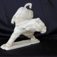 Panthère blanche.Sculpture en grès. Hauteur 18 cm. Oeuvre peinte à la main, recouverte d'un vernis de protection. Signée.