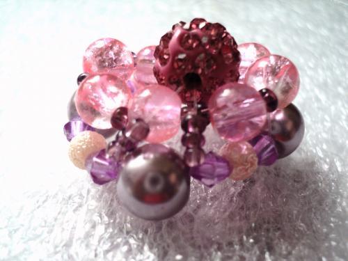 bague réglable en perles de couleur rose et mauve composée de perles naturelles, en verre en métal rocailles,et strass