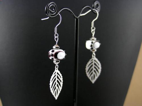 Boucles d'oreilles crochet et feuilles en inox et perles de verre.