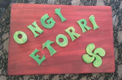 Ongi etorri  Lettres découpées collées sur du peuplier . environ 37cm/28