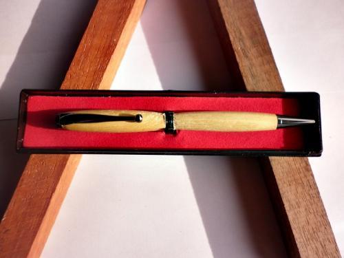 quoi de mieux que d'offrir un cadeaux qui servira au quotidien a un être cher. La personne a qui vous l'offrirez aura une pensée pour vous chaque fois qu'elle utilisera ce stylo. ce stylo est tourné sur mon tour a bois, par moi-même dans mon atelier Bressan.le bois utilisé est du merisier. ce stylo est livré dans un écrin plastique prêt a offrir. Ce stylo est unique et vous recevrez celui de la photo