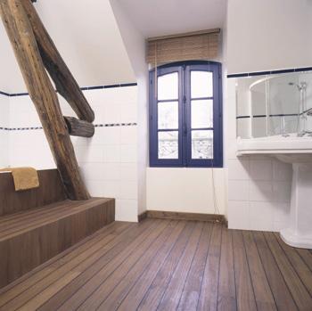 description : fourniture et pose collée d'un parquet massif en teck birman dans une salle de bains avec joints polymères noirs