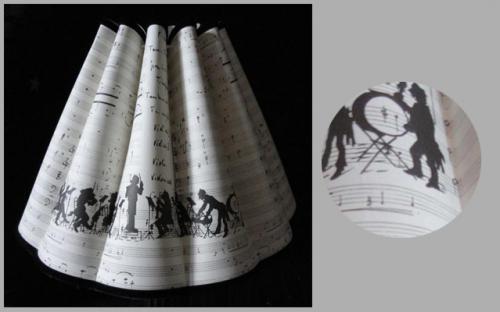 Conique à godrons réalisé avec un papier original sur le thème de la musique.