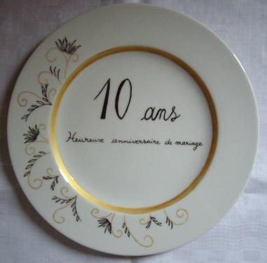 Assiette anniversaire de mariage personnalisable (texte, couleurs, motifs).