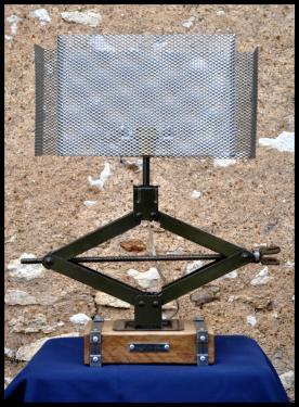 Lampe cric N°5, pied en chêne avec insert en acier et abat-jour en grille métallique. EN VENTE AUX ANTIQUITES LABBE, 72340 La Chartre sur le Loir.