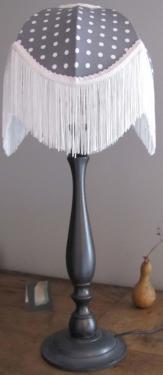 Abat-jour Dôme style Charleston dans des teintes de gris et blanc ,doublé à l'intérieur d'un tissu fleurette dans les même tons, à l'extérieur des pois blanc et une jolie finition à franges blanches. Pied de lampe en bois patiné ou métalique.