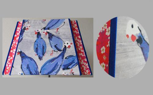 Pour cet abat-jouir coins creux un tissu Lalie Design marié à un Liberty et finitions réalisées au moyen d'un ruban de velours bleu reprenant le ton du motif principal.