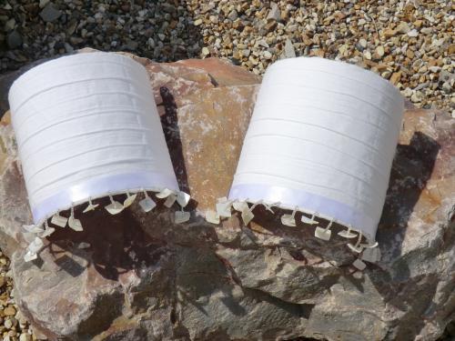 Applique Réalisée en Voile de coton doublé soulignée d'un ruban blanc satiné aux franges de perles transparentes et carré de Nacre naturelle . Prix unitaire