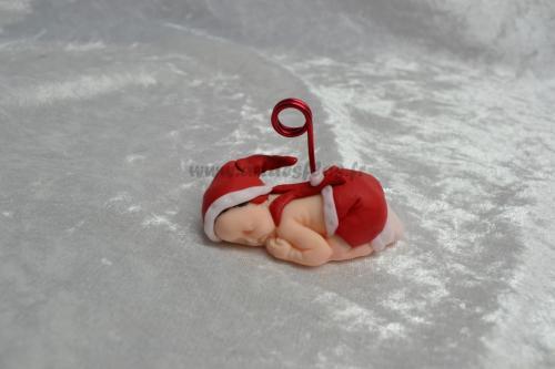 Bébé petit lutin rouge Produit fait main. Bébé en pâte polymère (fimo). Bonnet et short rouge et blanc, chaussette blanche. L 3 cm / l 6.5 cm / H 3 cm Tige porte photo et prénom en aluminium rouge. Pays d'expédition : France. + frais de port 3,00 euros (ref bb53)