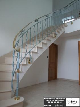 Rampe d'escalier débillardée de style provenciale en fer forgé avec une main courante en laiton + boule en cristal. La Rampe a été peinte avec une patine couleur pastel.