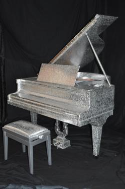 Le PIANO HAUTE COUTURE est FIN PRÊT à être admiré et joué par le concertiste AXEL LENARDUZZI  à l'inauguration des nouveaux locaux des Tissus JAB.