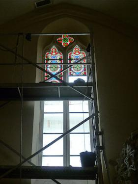 Baie à meneau de l'église de Samazan 47. Le meneau et les vitraux ont été restaurés.