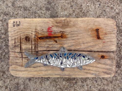 Grosse sardine en mosa�que r�alis�e avec d'anciennes tesselles de gr�s �maill� sur morceau de bois flott�, traces peinture et clous rouill�. Tient pos� sur la tranche. Pi�ce de bois 32.5 par 17.5 par 6cm �paisseur. Longueur poisson 21cm Poids 1.5kg