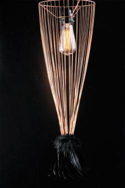 Cage of Light Suspension  en métal et plumes de coq  Dimensions: Ø du bas: 20 cm H : 60 cm Pour douille E27  Couleurs et matières: - structure métal brut - plumes de coq noir-bronze