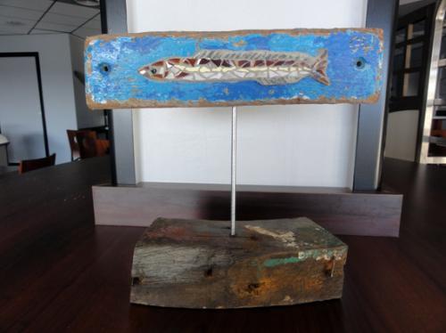 Lan�on r�alis� en mosa�que avec d'anciennes tesselles de gr�s �maill� sur morceau de bois flott� �chou� sur la plage.