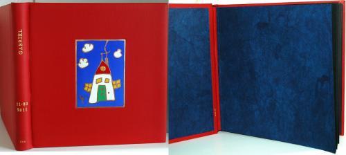 ALBUM PHOTOS DE NAISSANCE Reliure 26x25cm vachette rouge Email champlevé Dorure (prénom et date de naissance) feuile d'or 22 carats Papier de garde bleu roi népalais