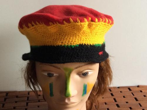 Tr�s mignon bonnet en laine et polaire sur le top. L'ensemble est tr�s l�ger et agr�able � porter. Mod�le unique tricot� main.  Ce bonnet vous attend. Tour de t�te : 52
