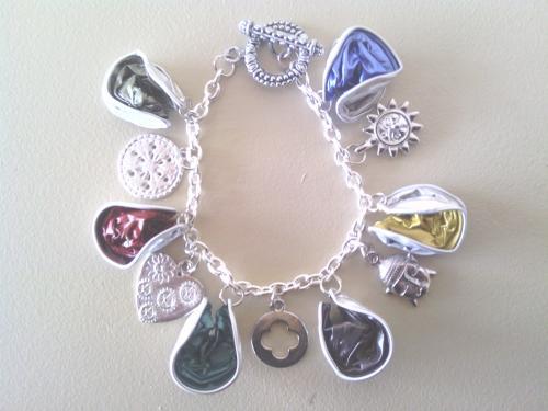 Bracelet chaîne argentée, breloques et capsules écrasées multicolores.