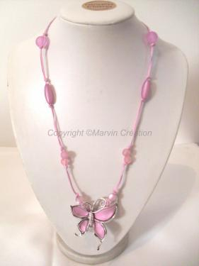Collier mi-long (57 cm avec fermoir), fils de coton rose et mauve avec perles pastel dans les mêmes tons. Un joli papillon rose pastel et argenté fini le collier Réf: CO0416