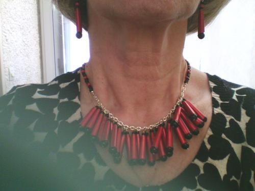 Collier tube rouge + Perles noires sur chaine argentée et perles rouges et noires