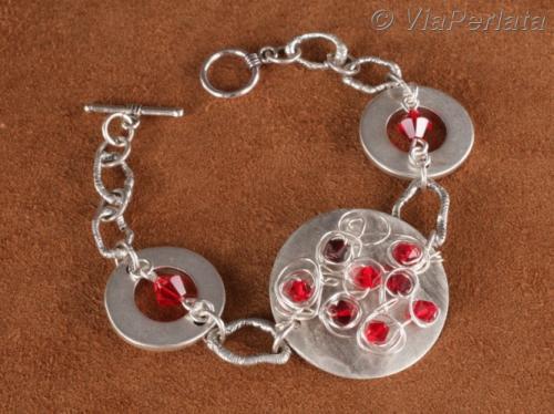 Bracelet articulé métal argenté et cristal, pièce centrale travaillée sur fil de cuivre fin plaqué argent avec toupies Swarovksi ; disponible en plusieurs couleurs dans la boutique