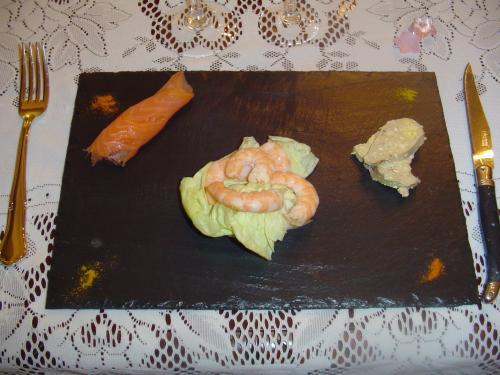 Assiette en Ardoise Naturelle vernie pour un contact alimentaire. Munies de patins anti-rayures.  Dimensions: 32x22cm. Epaisseur : 2 à 3mm.   D'autres couleurs et dimensions sont également disponibles.