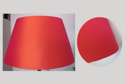 Cet abat-jour ovale est confectionné dans une très jolie soie de chez Zimmer + Rhode dont la teinte rouge rosée change selon son exposition.