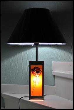 Lampe déco Pl1. Une lampe avec un corps qui éclaire une plaquette décorative imprimé sur plexiglass et interchangeable pour une lumière d'ambiance. Cette lampe est équipée de 3 interrupteurs pour choisir sont mode d'éclairage souhaitée. Prix à partir de 150 euros suivant l'abat-jour, et 10 euros la plaquette décorative supplémentaire.