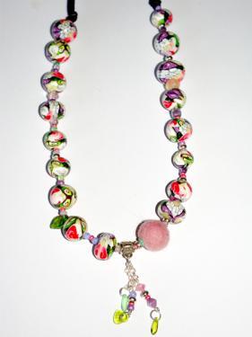 Ce collier r�alis� en pi�ce unique, apportera une note chic et class autour de votre cou. Tonalit� rose .