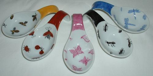 Repose cuillères motifs insectes : abeilles, coccinelles,papillons,fourmis et libellules; résiste au lave vaisselle. Prix pour les 5.
