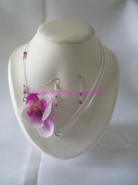 Fil cablé blanc sur un côté avec toupies de Swarovski parme, blanc et violet et de l'autre ruban de satin blanc pour ajuster à votre cou+fil alu argenté