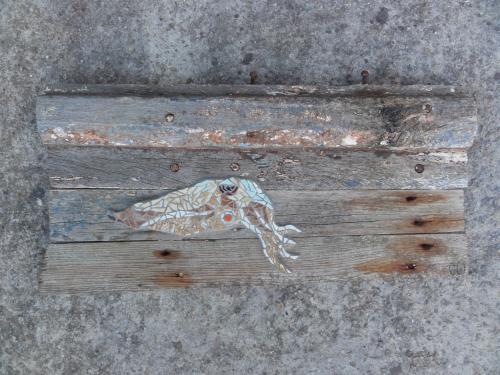 Morgatte en mosa�que r�alis�e avec d'anciennes tesselles de gr�s �maill� sur morceau de muraille du