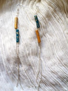 Boucles d'oreille  pour oreilles percées composées d'une chaîne très fine en métal argenté et décorées de deux perles en porcelaine bleue et jaune