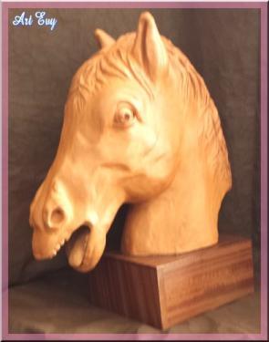 sculpture d'une tête de cheval, Vulcain est son nom- terre rouge lisse- montée sur socle en bois d'acajou