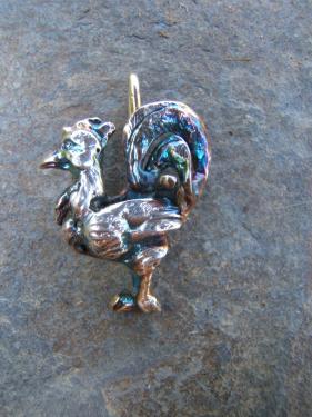 Pendentif Coq laiton plaqué argent fin patiné 4X3 cm environ livré sur lacet de cuir sur commande