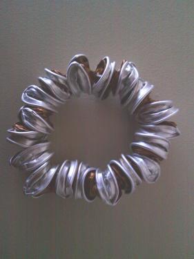 Bracelet capsules marrons montées sur fil élastique