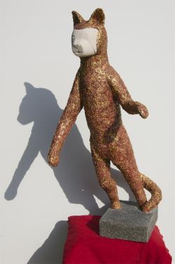 LE CHAT  pierre et b�ton arm�, patine or et rouge Hauteur 90 cm  poids 17 kg pi�ce unique