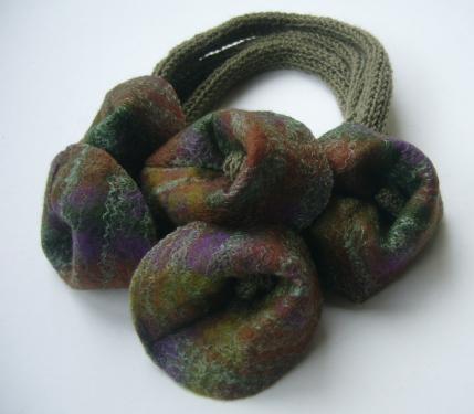 Collier vert/mauve tricot et feutre (pure laine)