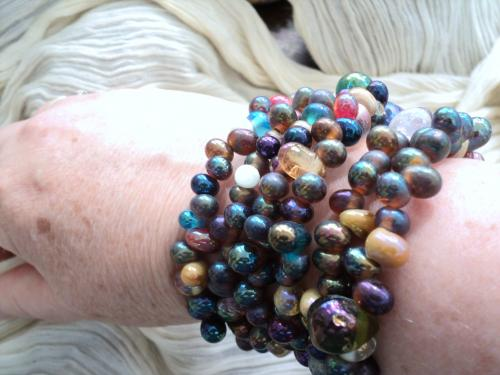 Bracelet de perle composé de plusieurs rangs de perles en verre irisé de toutes les couleurs