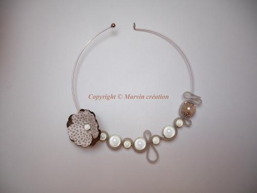 Collier (13 cm) tour de cou rigide, perles magiques nacrées, fleur papier,perle céramique ivoire. Réf: CO51